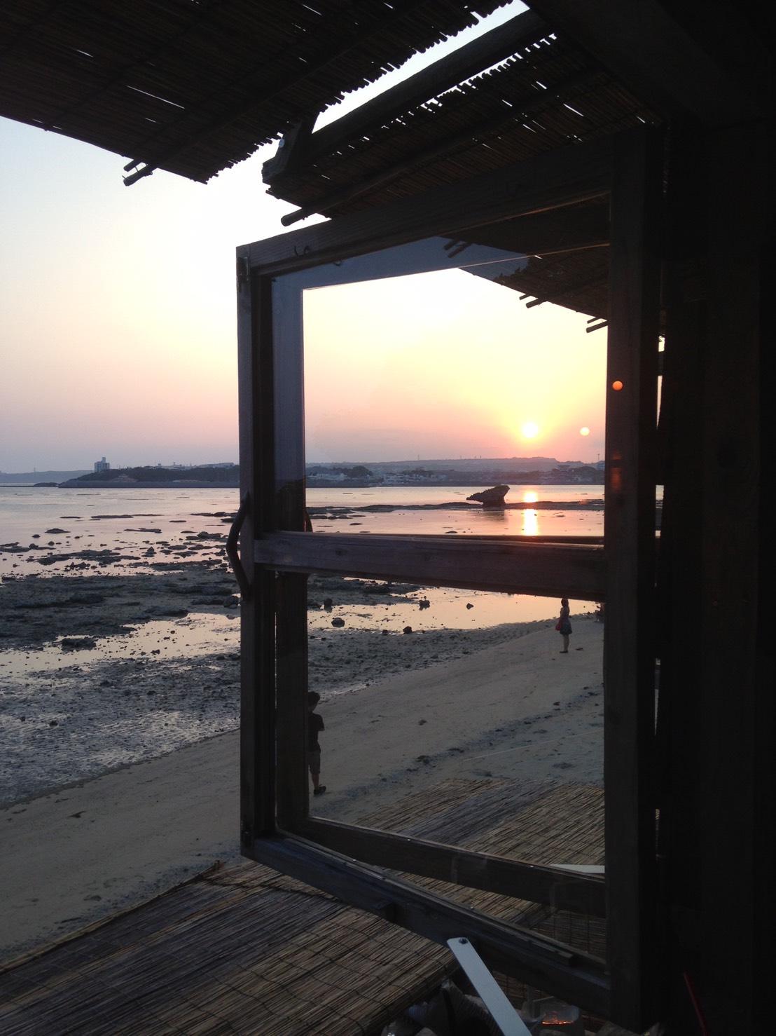 2016 沖繩親子旅遊 ♥私房美食『浜邊茶屋-浜辺の茶屋』♥邊喝咖啡邊玩沙+讓人感動的無敵日落美景(≧∇≦)/
