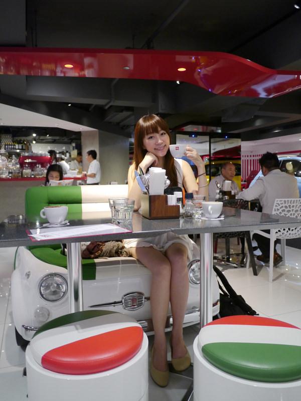 邊喝咖啡邊賞車的FIAT CAFFE♥亞洲第二家就在香港銅鑼灣♥車迷朝聖必去!!