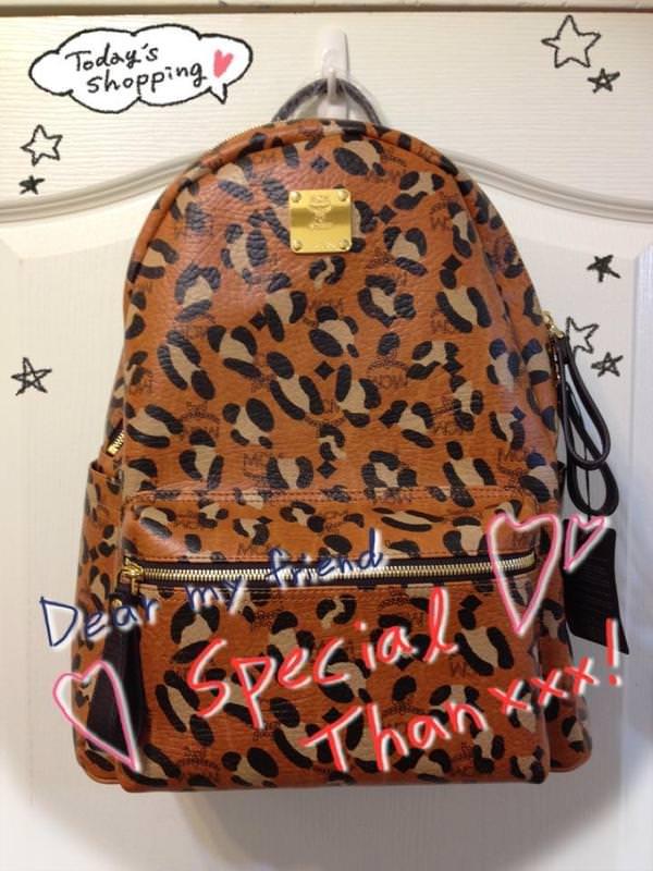 MCM豹紋後背包入手♥韓國男女明星的最潮後背包♥